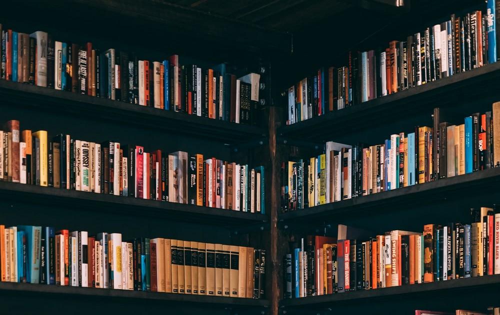 Ράφια βιβλιοπωλείου