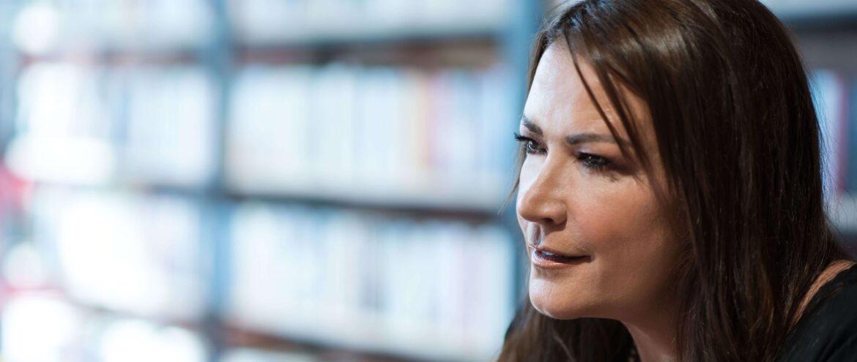 """Η Θεοφανία Ανδρονίκου-Βασιλάκη μιλά για το νέο της βιβλίο """"Άσπιλοι Ένοχοι"""""""